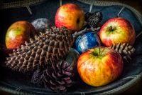 Assen, Pim, Plaatsen, appels, dennenappel, dish, fineartphotography, fruit, fruit bowl, fruitschaal, neopictorialism, neopictorialisme, neopicturalisme, newpictorialism, stilleven