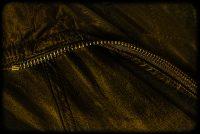 age-old, aged, bescherming, brown, bruin, cloak, clothes, clothing, dark, donker, formerly, gold, golden, goud, gouden, heavy, jack, jacket, jas, kleding, leather, leer, leren, old, onetime, oud, outfit, overcoat, protection, rain, rits, ritssluiting, rough, ruw, stevig, storm, taai, toon, tough, vroeger, weather, weer, wind, zip, zipper, zwaar