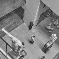 Ashmolean museum, Categorie, ElmerRalphDinkelaar, Escher, Kunst, Oxford, Pompei, archaeology, archeologie, art, beelden, beeldhouwkunst, bezoekers, bovenaanzicht, building, composition, custodian, exhibition, museum, sculpture, security officer, structure, suppoost, tentoonstelling, visitors, zaalwacht, zaalwachter, zwartwit